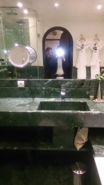 ゴージャスな大理石のバスルーム