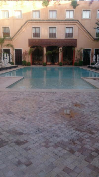 中庭の大きな温水プール