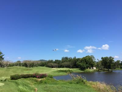 飛行場が近いので飛行機が飛んできます。