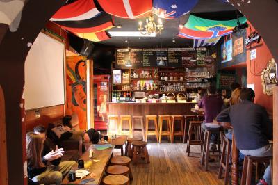 バー兼食堂。オシャレな雰囲気。