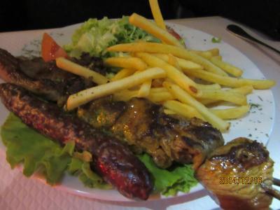 カルチェラタンの料理店が並ぶ通りにあるアルジェリアレストラン