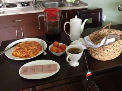 別の日の朝食。ハムを追加してみました。これまた美味でした。