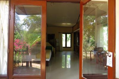 部屋の入口は窓