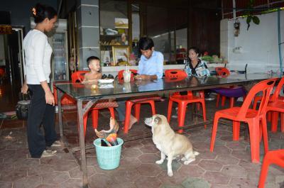レストランのテーブルスペースは昼間はスタッフ(家族)の専用。