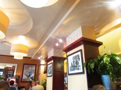 入口は普通のカフェですが中に入るとステキなレストラン