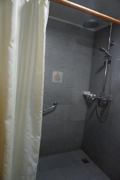 シャワーオンリーでカーテン形式です