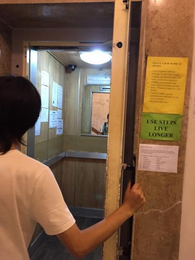 手動ドアのエレベーター