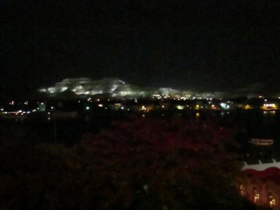 部屋から見えるライトアップされた西岸の山
