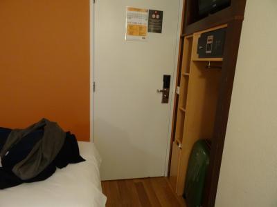入口ドアーとベッド