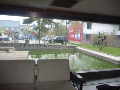 ロビーと正面の池です。