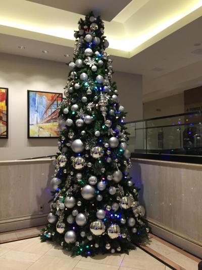 チェックインカウンター前のクリスマスツリー