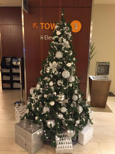 タワー3のエレベーターフロア近くのクリスマスツリー