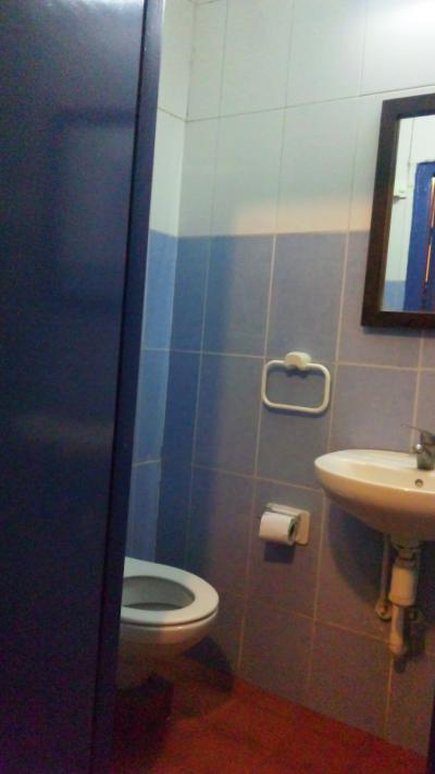 洗面台のおかげでトイレットペーパーは濡れない。