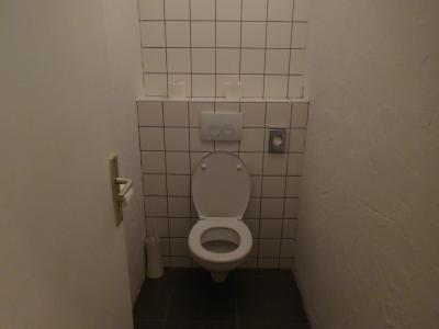 トイレはバスルームとは独立してあった