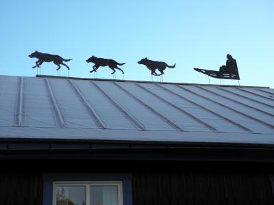 屋根には犬ぞりのオブジェ