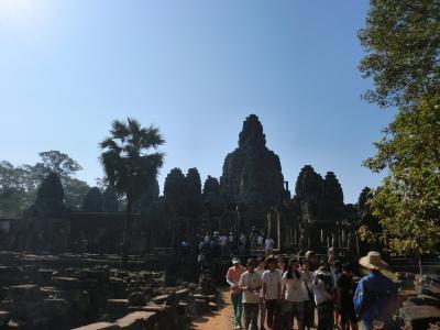 巨大な観世音菩薩の四面仏塔が圧巻