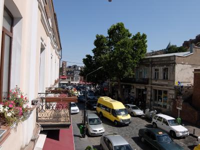ホテル前の通りは交通量多し
