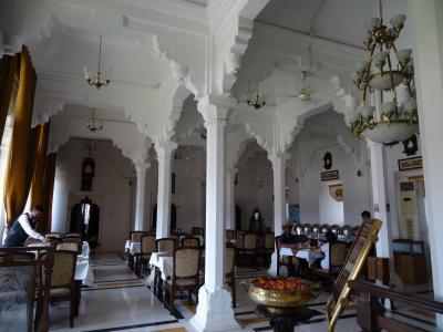 ジャハーンギール宮殿とラージ・マハル宮殿の間にあります。