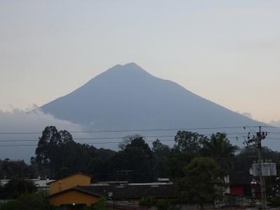 宿の屋上からアグア火山を望めます