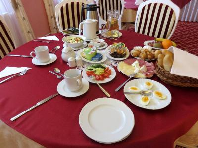 朝食。ゆで卵を取り分けたら、後で巨大スクランブルエッグが出て
