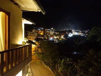 部屋からの夜景。ウルバンバ川沿いに街が続いています。