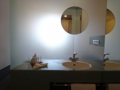 部屋から曇りガラスで仕切られたところに洗面所があります。