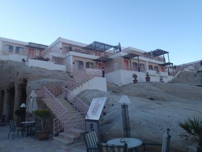 ホテルの外観です。洞窟を利用した造りでキレイです。