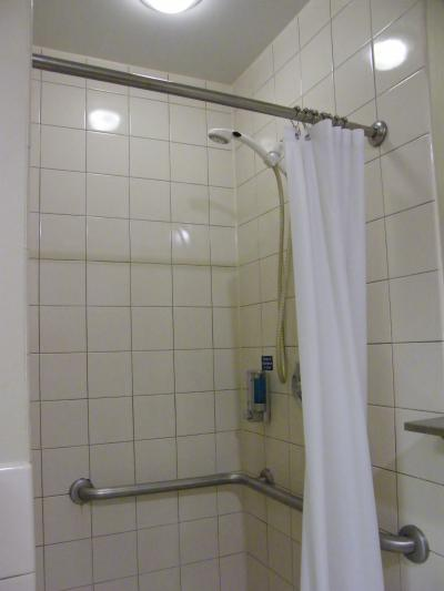 シャワーブース タオルも大小用意されてて助かった〜