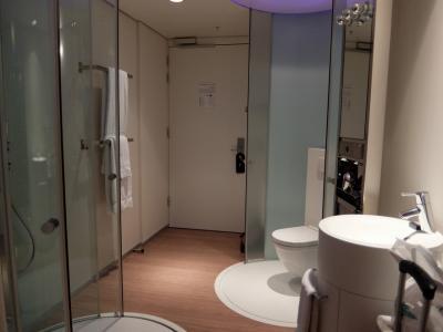 客室内の二つの円筒がトイレとシャワーです
