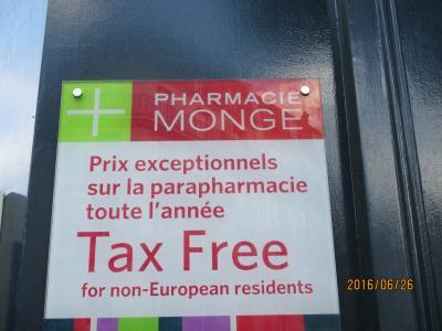 メトロ7号線、Place Monge駅前の激安薬局です