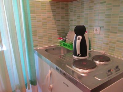 キッチンには皿やフォーク・ナイフなどがあります。