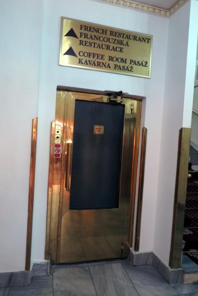 気に入ったレトロの手動で手前に扉が開くエレベータ