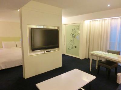 テレビは回転してベッドルーム側にも向けられます