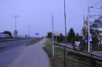 ホテル前の道路を横断しないで右へ、上り坂。