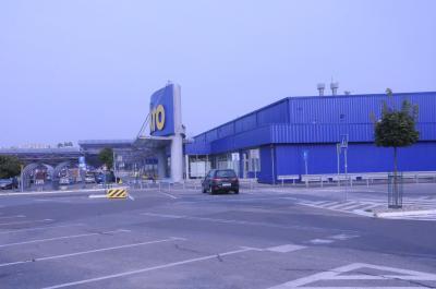 右にIKEYAを通りすぎるとMAKROの駐車場。