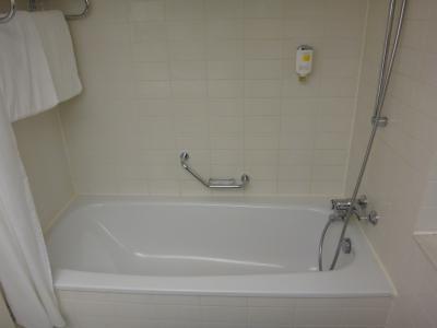 バスタブ付きのバスルーム。ハンドシャワー。清潔感あり。