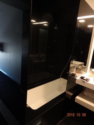 バスタブが洗面スペースに直に接しています