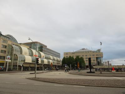 中央奥がこのホテル、左が駅と港のターミナル