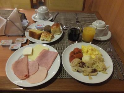 ボリュームたっぷりで美味しい朝食。野菜があれば完璧なのに。