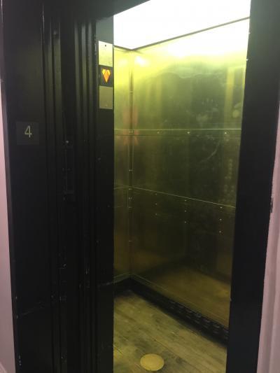 金色のエレベーター