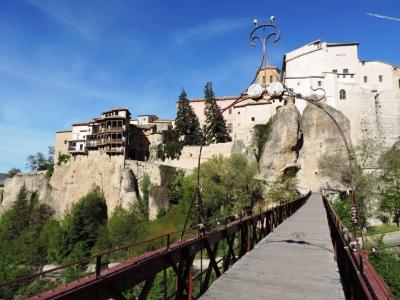宙吊りの家と渓谷を眺められる絶好のポジション