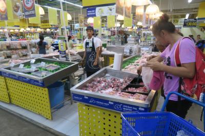 お買い物にはマクタン島内で一番便利な立地にあるスーパーマーケットです。