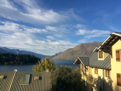 左に見えるのがホテル、眼下には湖