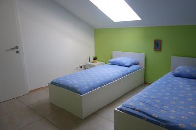 ベッドの上に天窓があります