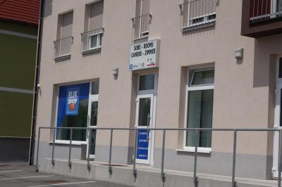建物の右側に入口があります