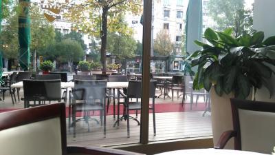 朝食もテラジエ通りを眺めながら頂ける