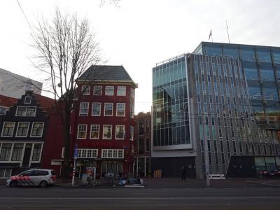 右隣の近代的ビルは警察で安心(^_^;)