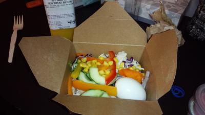 近くのスーパーは、サラダバーがあり、好きな野菜を量り売りして