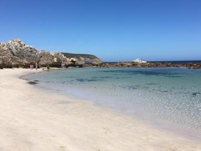 岩の間を抜けると、素晴らしいビーチを発見