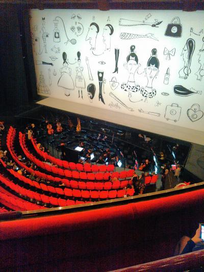 見やすくていい劇場。外からも中からも美しい